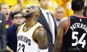 Cleveland-Cavaliers-coach-Tyronn-Lue-and-Lebron-James-NBA